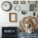 современный интерьер гостиной с оригинальными настенными часами картинка