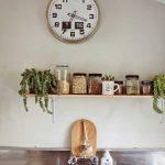 яркий декор гостиной с необычными настенными часами картинка