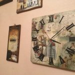 необычный стиль гостиной с оригинальными настенными часами картинка