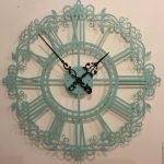 яркий стиль гостиной с необычными настенными часами фото