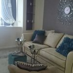 яркий декор гостиной с оригинальными настенными часами фото