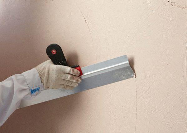 При помощи финишной шпатлевки добиваются идеальной ровности стен для дальнейшей декоративной отделки
