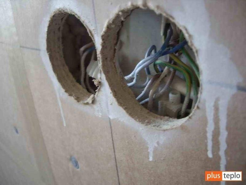 Подрозеточные коробки выносятся на гипсокартон и звукоизолируются негорючим материалом