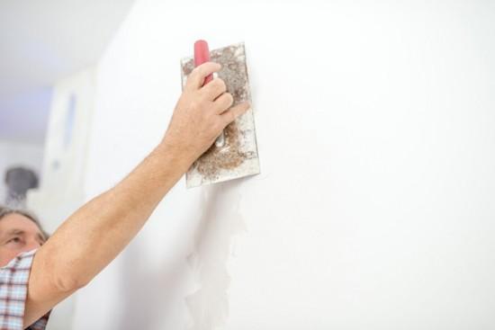 Чтобы финальное покрытие ложилось ровно, стены нужно тщательно зашпаклевать