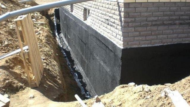 Гидроизоляция стенок ленточного фундамента частного дома.