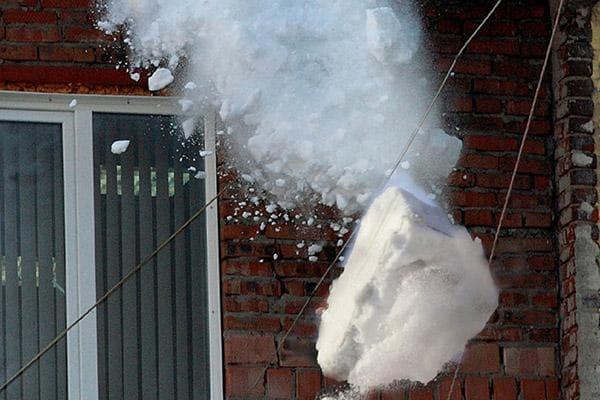 Снежная глыба падает с крыши
