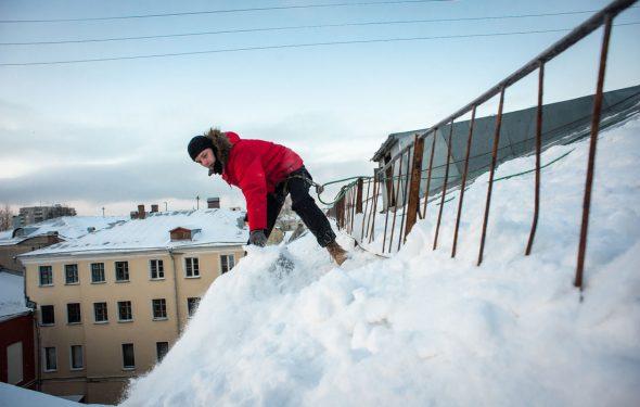 Чистка снега с крыши