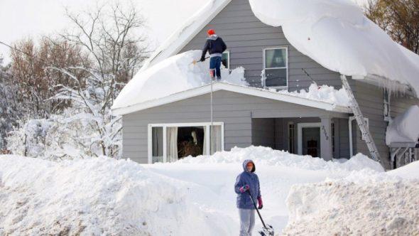 Уборка снега на крыше частного дома и прилегающей территории