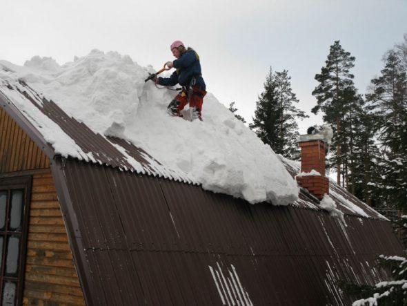 Уборка снега на мансардной крыше